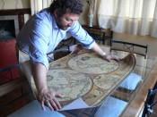 José Manuel Ortega con un mapa de las regiones vinicolas del mundo.