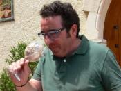 Pepe Mendoza, disfrutando del aroma de los suelos calizos de sus vinedos.