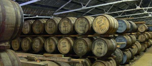 Almacen tradicional donde madura el whisky Ardbeg