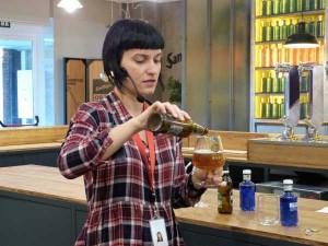 Nuria Gutierrez nos muestra el correcto servicio de la cerveza